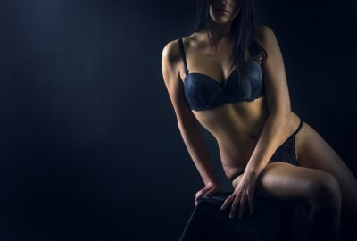 Poster Perfekte Frau Körper auf schwarzem Hintergrund