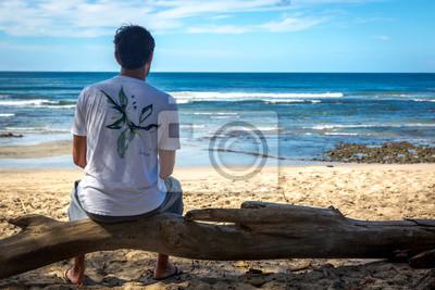 Playa Negra, Costa Rica - 5. November 2013 - Junger Mann beobachtet den leeren Strand in Playa Negra, Costa Rica, Mittelamerika