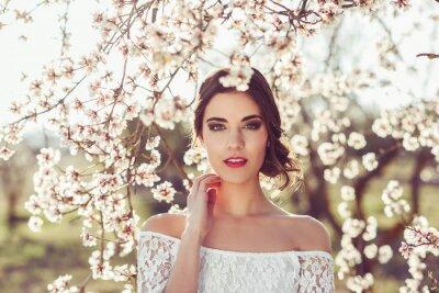 Poster Portrait der jungen Frau im blühenden Garten im Frühjahr Tim