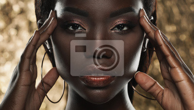 Poster Portrait der sinnlichen jungen afrikanischen Frau gegen goldenen Hintergrund