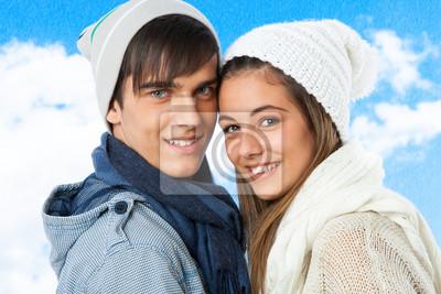 Portrait des netten jugendlich Paar in Winterkleidung.