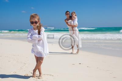 Porträt von süßen Mädchen und ihre Mutter mit der kleinen Schwester in
