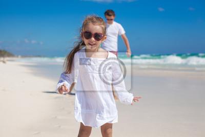 Porträt von süßen Mädchen und sein Vater mit der kleinen Schwester in