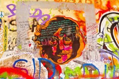 Poster PRAG, Tschechische Republik - 11. September 2014: Berühmte John Lennon Wand auf der Insel Kampa in Prag ist mit Beatles gefüllt inspiriert Graffiti und Stücke von Texten seit den 1980er Jahren. Graffi