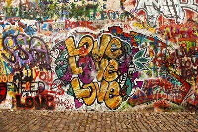 Poster Prag, Tschechische Republik - 7. Oktober 2010: Ein Teil der Lennon Wall in der kleinen Stadt von Prag in der Nähe der Karlsbrücke. Dieses Wahrzeichen Wand ist öffentlich Graffiti in Erinnerung an John