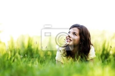 Pretty lächelnde Mädchen Entspannung im Freien