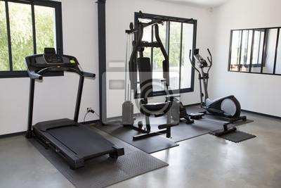 Poster Privates Fitnessstudio zu Hause mit verschiedenen Sportgeräten