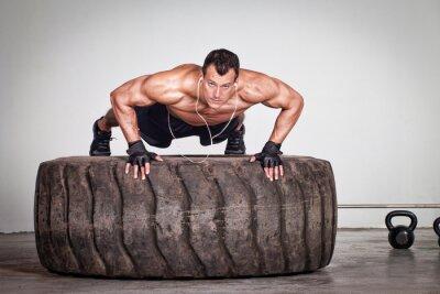 Poster Push-up auf einem Reifen crossfit Training
