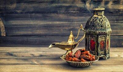 Poster Ramadan Lampe und Daten auf Holzuntergrund. Orientalische Laterne