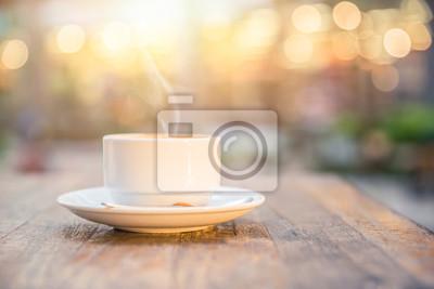 Poster Rauch heißes Getränk Kaffeetasse am Morgen auf Holztisch.