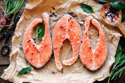Poster Raw Lachssteaks mit frischen Kräutern, Salz und Pfeffer Hühneraugen. Draufsicht