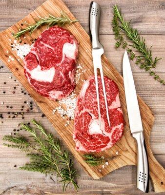 Poster Raweye Steak mit Kräutern und Gewürzen auf Schreibtisch aus Holz