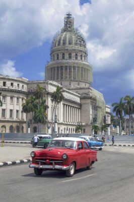 Red American Auto vor Capitolio, Havanna, Kuba