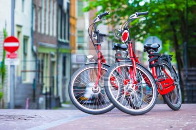 Red Bikes auf alte Brücke in Amsterdam, Niederlande