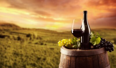 Poster Red Weinflasche und Glas auf wodden keg