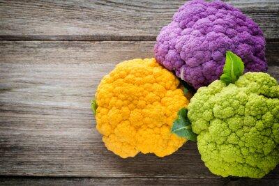 Poster Regenbogen der Öko Blumenkohl auf dem Holztisch.