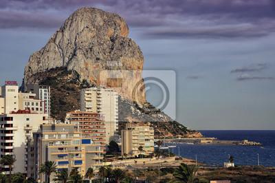 Resort in Spanien mit Berg Penon de Ifach und das Meer