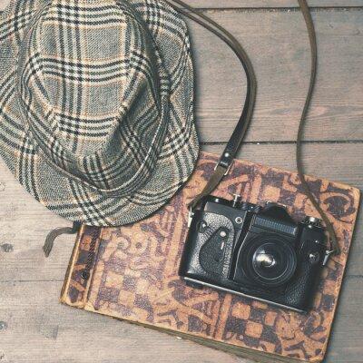 Poster Retro-Kamera mit Vintage Trilby Hut und Fotoalbum auf Holz b