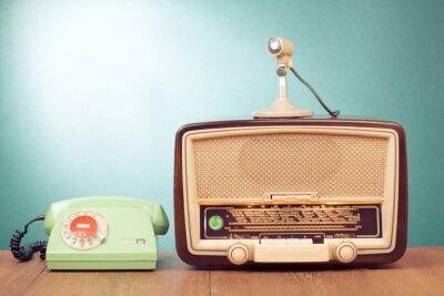 Poster Retro-Radio mit grünem Licht, Mikrofon und Telefon auf dem Tisch