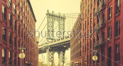 Poster Retro stilisierte Manhattan-Brücke gesehen von Dumbo, New York.