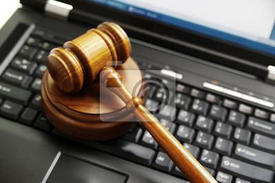 Richter auf einem Laptop-Computer ( Cyber-Gesetz ) Hammer