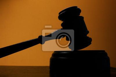 Richter Gericht Hammer Silhouette auf blauem Hintergrund
