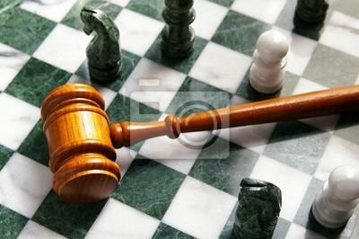 Richter Gesetz Hammer auf einem Schachbrett von oben