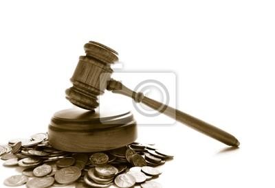 Richter Gesetz Hammer auf einen Haufen von Münzen, over white