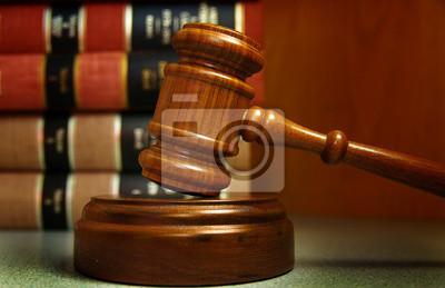 Richter Hammer und Recht Bücher gestapelt hinter