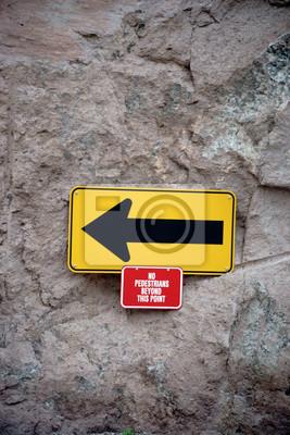 Richtungspfeil mit warnhinweis / ein gelbes schild mit einer ...