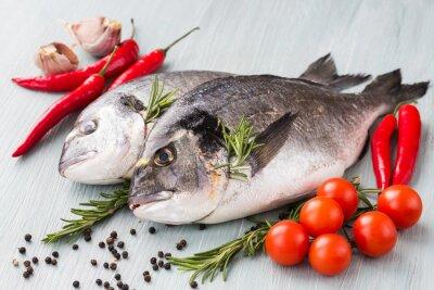Poster Roher frischer Doradelf mit Gemüse und Gewürzen. Gesundes Essen