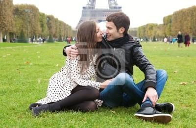 Romantik zu zweit in Paris, in der Nähe des Eiffelturms