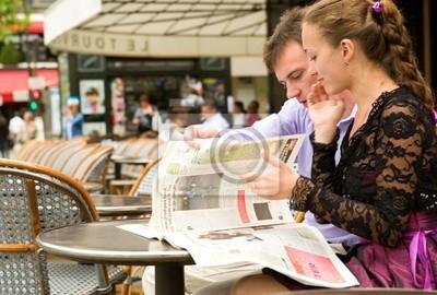 Romantik zu zweit in Paris, liest Zeitung im Kaffeehaus