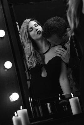 Poster Romantische leidenschaftliche Paar im Spiegel