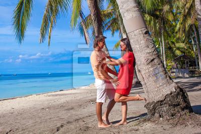 Romantisches Paar am tropischen Strand in der Nähe Palme in Philippinen