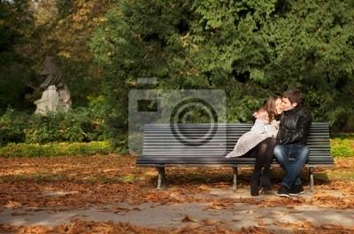 Romantisches Paar in den Luxemburg-Gärten im Herbst. Paris, Frankreich
