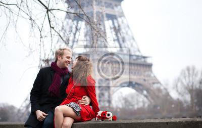 Romantisches Paar in der Liebe aus der Nähe des Eiffelturms im Frühjahr o