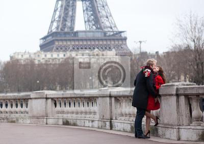 Romantisches Paar in der Liebe in Paris, nahe dem Eiffelturm