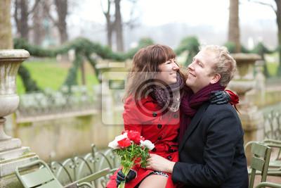 Romantisches Paar in einem Park im Frühjahr, dating