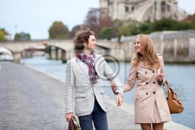 Romantisches Paar in Paris an der Böschung