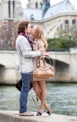 Romantisches Paar in Paris küssen