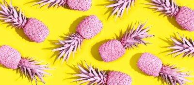 Poster Rosa bemalte Ananas auf einem lebendigen gelben Hintergrund