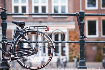 Rosa Fahrrad auf der Brücke in Amsterdam, die Niederlande. Schöne Aussicht auf Kanäle im Herbst