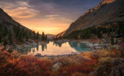 Poster Rosa Himmel und Spiegel wie See auf Sonnenuntergang mit roter Farbe Wachstum auf Vordergrund, Altai Berge Highland Natur Herbstlandschaft Foto