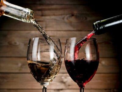 Poster Roter und weißer Wein gießen auf Holz Hintergrund
