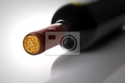 Rotwein-Flasche auf weißem Hintergrund