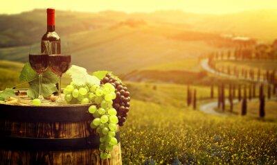 Poster Rotwein mit Barrel am Weinberg in der grünen Toskana, Italien