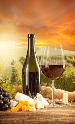 Poster Rotwein Stilleben mit Weinberg auf backgorund
