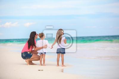 Rückansicht der Mode junge Mutter und zwei ihrer Kinder an exotischen