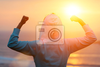 Poster Rückansicht der stark motivierten Frau feiert Workout-Ziele in Richtung der Sonne. Morgen gesundes Training Erfolg.